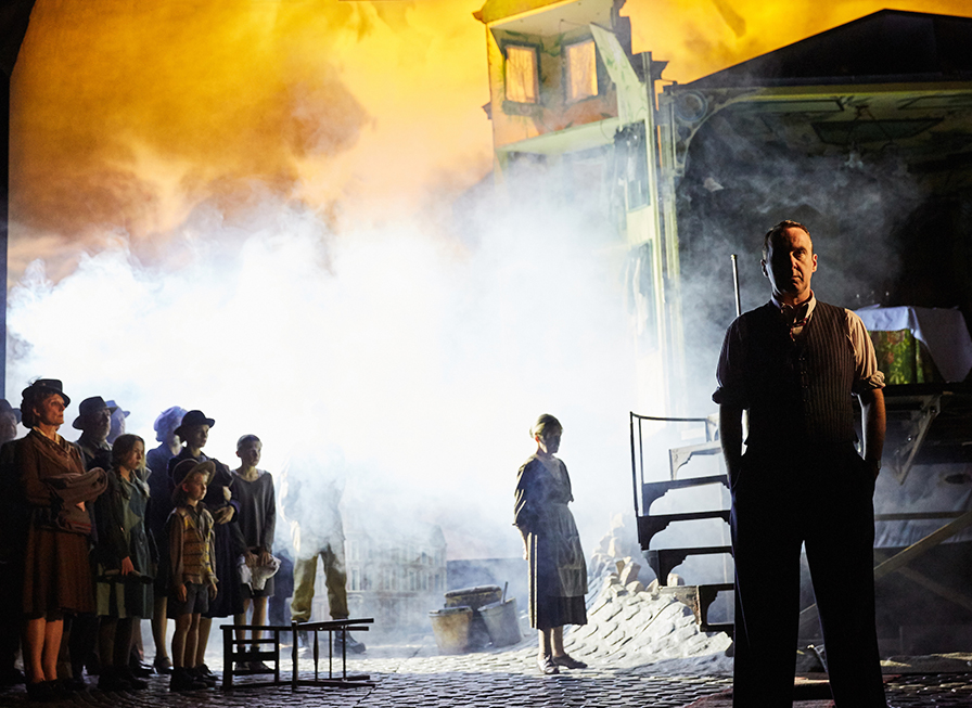 An Inspector Calls at the Playhouse Theatre. Photo by Mark Douet _80A5484sm